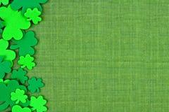 St Patricks天三叶草边边界在绿色亚麻布的 免版税库存照片