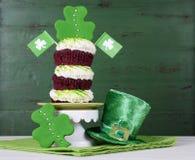 St Patricks天三叶草绿色三倍杯形蛋糕 库存图片