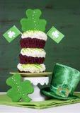 St Patricks天三叶草绿色三倍杯形蛋糕 免版税库存照片
