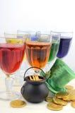 St Patricks天党彩虹颜色喝-与帽子和金壶的垂直 免版税库存图片