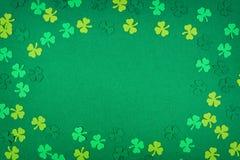 St Patricks天在绿色背景的三叶草框架 免版税库存照片