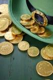 St Patricks天妖精帽子用金巧克力铸造 免版税库存照片