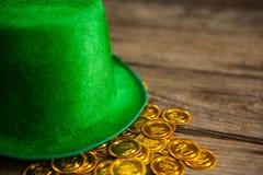 St Patricks天妖精帽子用金巧克力铸造 库存图片