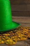 St Patricks天妖精帽子用金巧克力铸造 免版税库存图片
