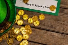 St Patricks天招贴妖精帽子用金巧克力铸造 库存图片