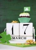 St Patricks天救球日期白色葡萄酒木日历,垂直与拷贝空间 免版税库存照片