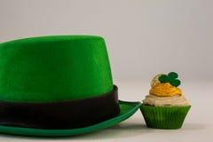 St Patricks天有三叶草的妖精帽子在杯形蛋糕 库存图片