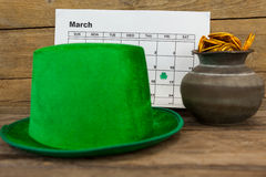 St Patricks天有日历和罐的妖精帽子用巧克力金币填装了 免版税库存图片