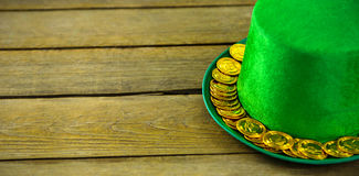 St Patricks天有金巧克力金币的妖精帽子 库存图片