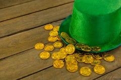 St Patricks天有金巧克力金币的妖精帽子 图库摄影