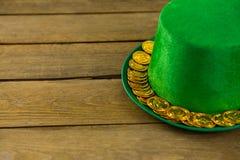 St Patricks天有金巧克力金币的妖精帽子 免版税库存照片