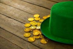 St Patricks天有金巧克力金币的妖精帽子 免版税库存图片