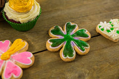 St Patricks天杯形蛋糕和曲奇饼 库存图片