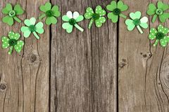 St Patricks天纸三叶草在土气木头的上面边界 图库摄影
