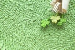 St Patricks天表与银器叉子、匙子和餐巾的餐位餐具 免版税库存照片