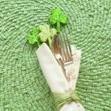 St Patricks天表与银器叉子、匙子和餐巾的餐位餐具 免版税图库摄影
