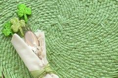 St Patricks天表与银器叉子、匙子和餐巾的餐位餐具 库存图片