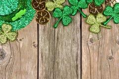 St Patricks天装饰在土气木头的上面边界 免版税图库摄影