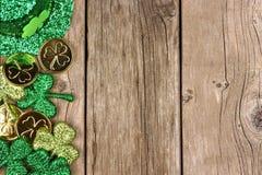St Patricks天装饰在土气木头的边边界 库存照片