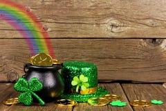 St Patricks天金壶与彩虹的 库存图片