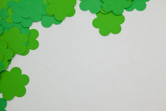 St Patricks形成壁角框架的天三叶草 库存图片