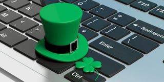 St Patricks有四片叶子三叶草的天帽子在键盘 3d例证 免版税库存照片