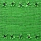 St Patricks纸三叶草天框架在绿色粗麻布的 免版税库存照片