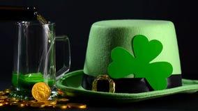 St Patricks Dag die groen bier gieten stock footage