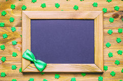St Patricks Dagachtergrond met groene quatrefoils op de houten achtergrond Stock Foto
