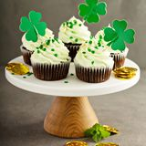 St Patricks day chocolate mint cupcakes. With green sprinkles and golden leaf Royalty Free Stock Photos