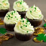St Patricks day chocolate mint cupcakes. With green sprinkles and golden leaf Royalty Free Stock Images