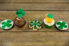 St Patricks Day shamrock on the cupcake with cookies Royalty Free Stock Photos