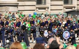 St Patricks de parade leidt en trommelt eenheid door buizen stock afbeelding