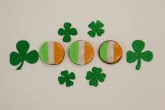 St Patricks dnia ciastka dekorujący z irlandczyk flaga otaczającą z shamrocks Obraz Stock