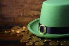 St Patricks dnia kapelusz i złociste monety Zdjęcie Royalty Free