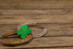 St Patricks dnia shamrock z dwa podkowami Zdjęcia Royalty Free