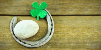 St Patricks dnia shamrocks z podkową i otoczakiem Zdjęcia Royalty Free