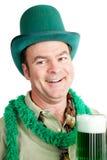 St Patricks dzień - Pijący na Zielonym piwie fotografia stock