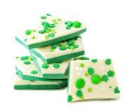 St Patricks het suikergoedschors van de Dagchocolade, die over wit wordt gestapeld royalty-vrije stock afbeeldingen