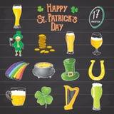 St Patricks pictogrammen van de Dag de hand getrokken krabbel die, met kabouter, pot van gouden muntstukken, regenboog, bier, vie Royalty-vrije Stock Foto's