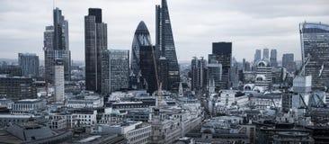 Город арии Лондона, дела и банка Панорама Лондона в комплекте солнца Взгляд от собора St Paul Стоковые Изображения RF