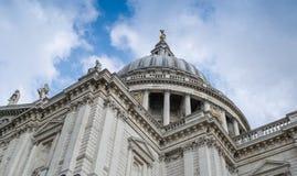 St Paul Cathedral, beskådar skyward - London Arkivbilder