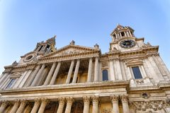 St Paul Cathedral Facade de Londres, Reino Unido fotografia de stock royalty free