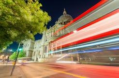 St Paul Cathedral från stadsgatan - London Arkivbilder