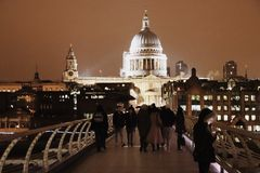 St. Paul Cathedral von der Jahrtausendbrücke bis zum Nacht, London, England Großbritannien Lizenzfreie Stockfotos