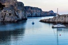 ST Paul de baai, de boot gaat naar de kust stock afbeeldingen