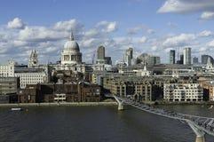 St Paul en Millenniumbrug, Londen stock afbeeldingen
