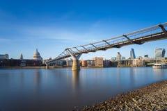 St Paul katedra i milenium most z banka okręgiem w zmierzchu, Londyn, UK Obraz Royalty Free