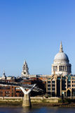 St Paul katedra i milenium most z niebieskim niebem Zdjęcie Royalty Free