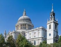 St Paul Kathedraal boven de bomen Royalty-vrije Stock Afbeelding